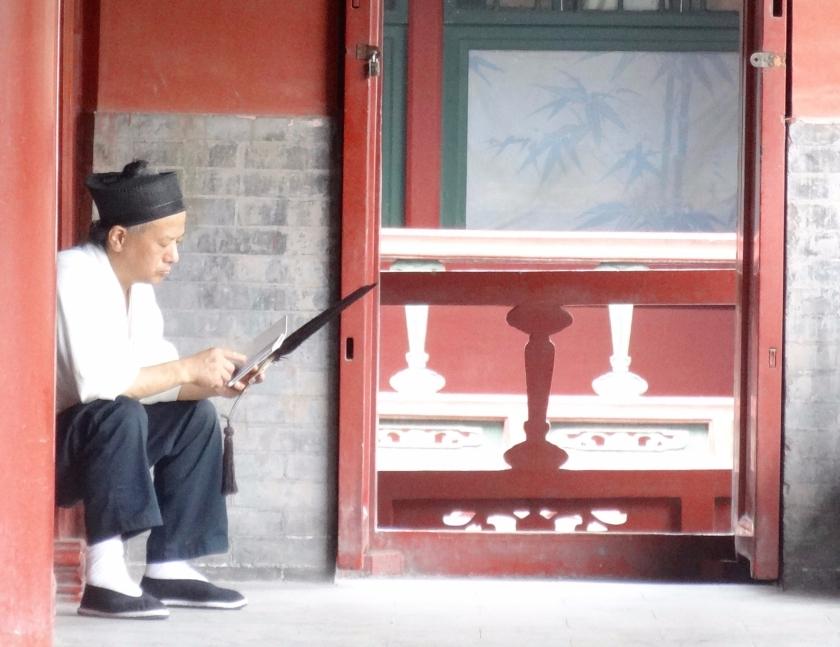 monaco con cellulare alla nuvola bianca di pechino
