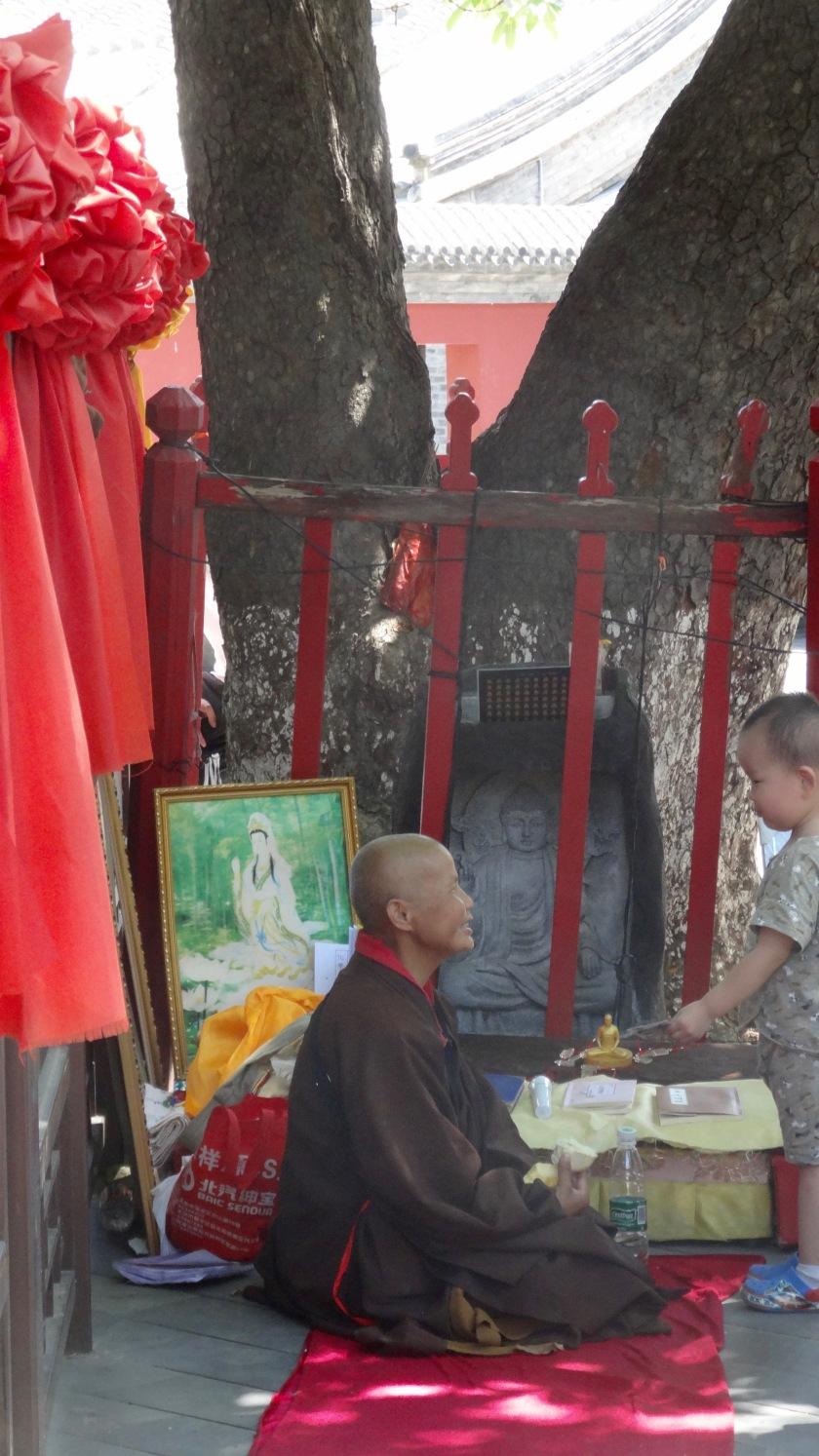 monaca e bimba al Lingquan Si