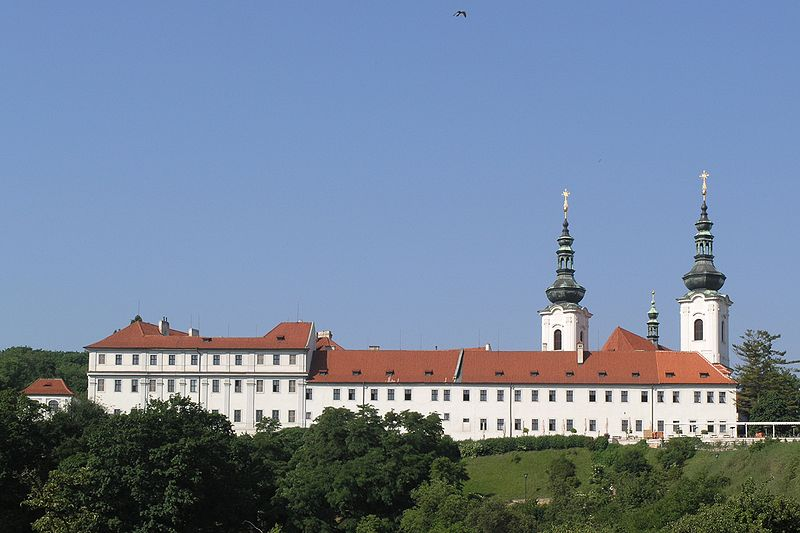 800px-Praha,_Hradcany_-_Strahovsky_klaster_(pohled_z_ulice_Uvoz)