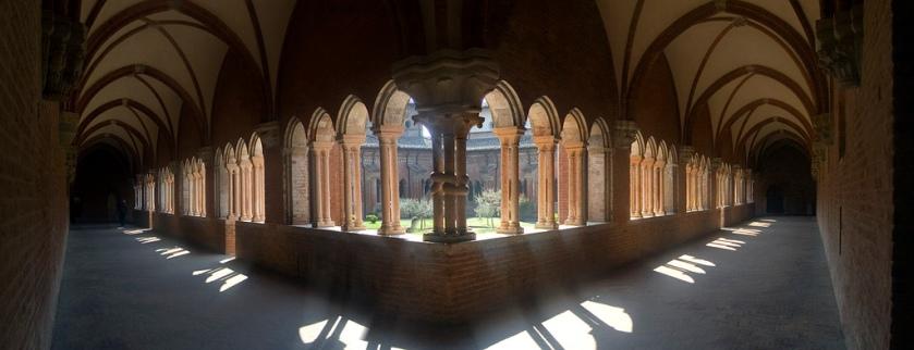 Chiaravalle_della_Colomba_-_Interno_chiostro.jpg
