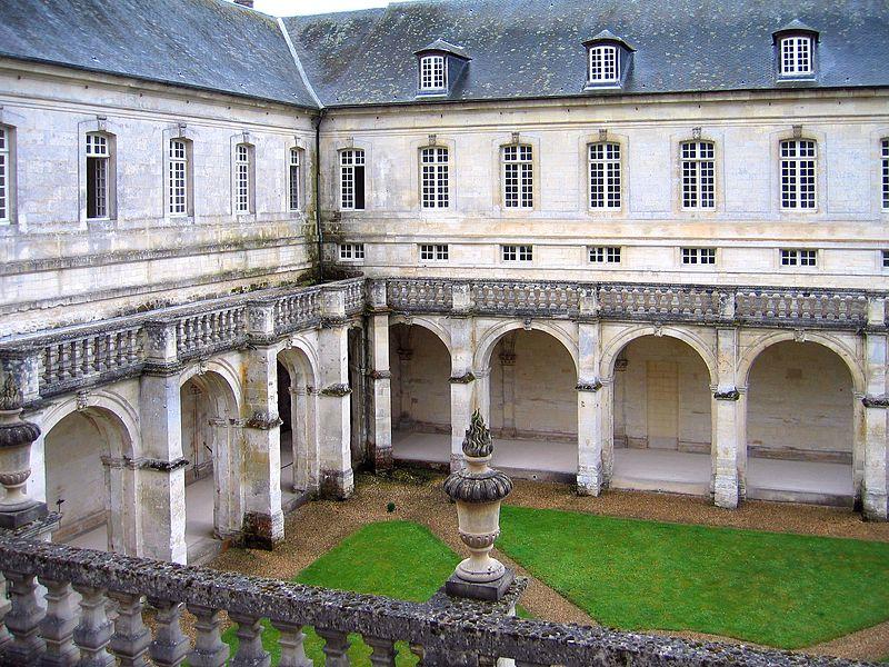 800px-Abbaye_du_Bec-Hellouin_-_Le_cloître
