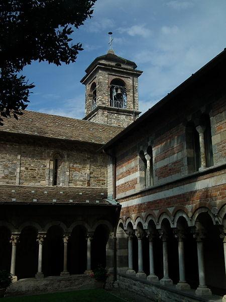 Colico,_Abbazia_di_Piona,_cloister_001